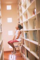 本棚と女の子