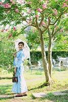 日傘を持つ浴衣の女性