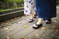 河原沿いを歩く浴衣のカップルの足