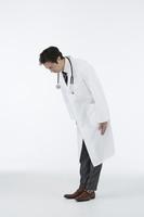謝罪する医者
