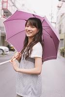 傘をさした若い女性