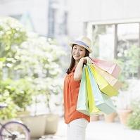 ショッピングバッグを持つ日本人女性