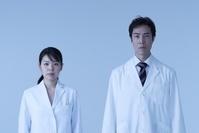 白衣の日本人男女 スタジオ撮影