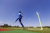 コーナーキックをする日本人サッカー選手