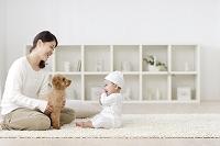 リビングでくつろぐ赤ちゃんとお母さんと犬