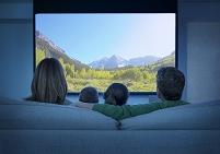 ホームシアターを観る外国人家族