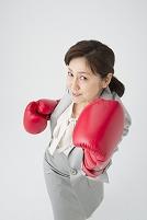 ボクシングするミドル女性