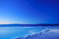 長野県 下諏訪町 黎明の御神渡りと月