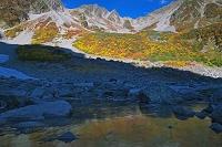 長野県 紅葉の涸沢カールより凍る池と涸沢岳と涸沢槍 北アルプカ