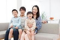 ソファーに座る日本人家族