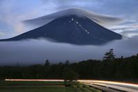 山梨県 夕方の笠雲と富士山と車の光跡