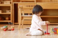 積み木で遊ぶ日本人の女の子