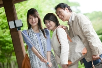 写真を撮る日本人家族