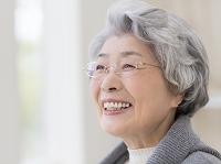 眼鏡をかけたシニア日本人女性