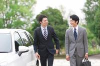営業車と日本人ビジネスマン
