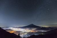 山梨県 新道峠 街明かりと富士山