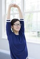 背伸びをする40代の女性