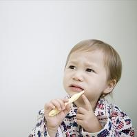 歯を磨くハーフの男の子
