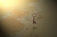 宙に浮いた鍵と世界地図