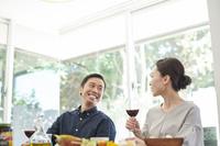 ワインを飲む日本人夫婦