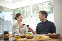 ワインで乾杯をする日本人夫婦