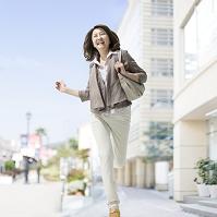 街中を走る中高年日本人女性