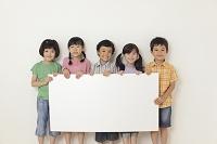 ホワイトボードを持つ小学生の子供達