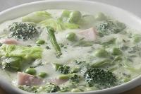 緑の野菜のクリームスープ
