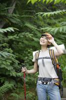 トレッキングをする若い女性