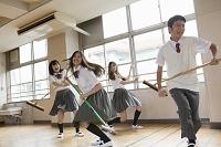 掃除道具で遊ぶ高校生