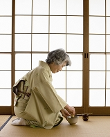 お茶を点てる着物の日本人女性