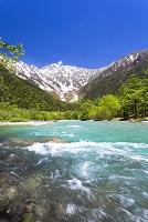 長野県 梓川の流れと穂高連峰