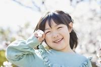 桜と笑顔の日本人女の子
