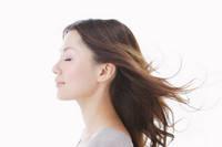 風で髪がなびく若い日本人女性