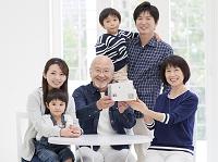 住宅模型を持った3世代家族