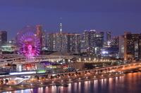 東京都 観覧車とタワーマンションの上に顔を出すスカイツリーの...