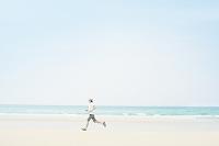 砂浜をジョギングする男性
