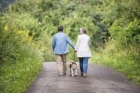 ペットと散歩するシニア