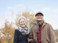 腕を組む日本人のシニア夫婦