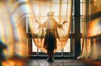 窓辺の女性のシルエット