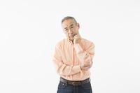 考えるシニアの日本人男性