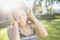 音楽を聴く若い外国人女性