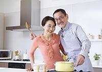 料理を楽しむシニアの夫婦