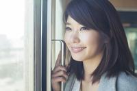 車窓から外を眺める20代日本人女性