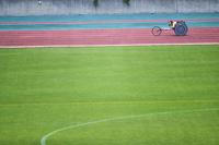 走る車いす陸上選手