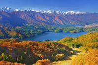 長野県 大町市 権現山 白馬連峰など北アルプスと青木湖と紅葉の樹林