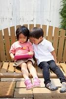 タブレットで遊ぶ日本人の子供達