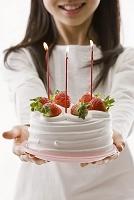 デコレーションケーキを持った女の子