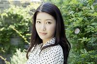 緑の中で見つめる20代日本人女性