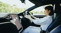 自動運転の車に乗る日本人女性